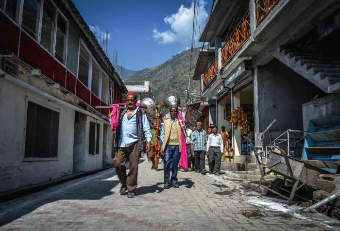 Шествие по улицам долины. Автор: Shikha Sood.